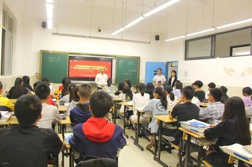 成都希望职业学校领导升入班级了解师生,做学生的知心人